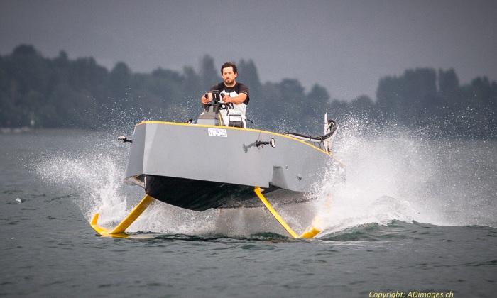 bateau a moteur a foil