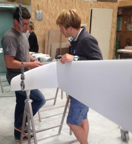 François Gabart et Antoine Gautier au sein des locaux de C3 Technologies autour d un safran de flotteur en construction
