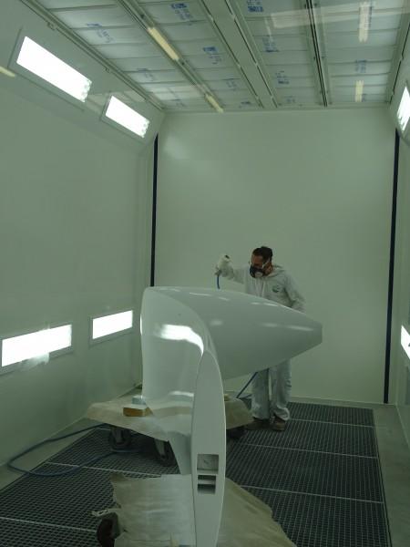 peinture d'une pièce en composite dans cabine de peinture